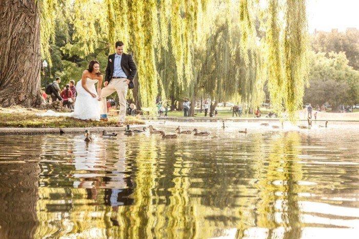 romantische-Hochzeitsfotos-am-See-im-Park