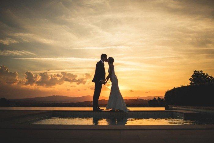 romantische-Idee-für-Hochzeitsfoto-Brautpaar-Kuss-am-Sonnenuntergang