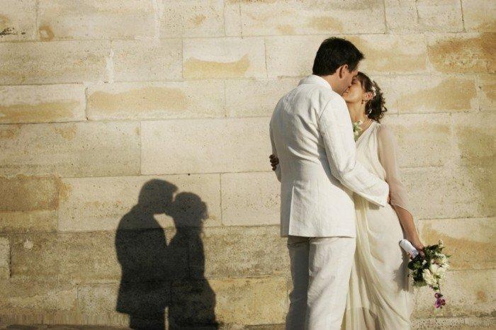 romantisches-Hochzeitsbild-Kuss-zwischen-den-Brautleuten