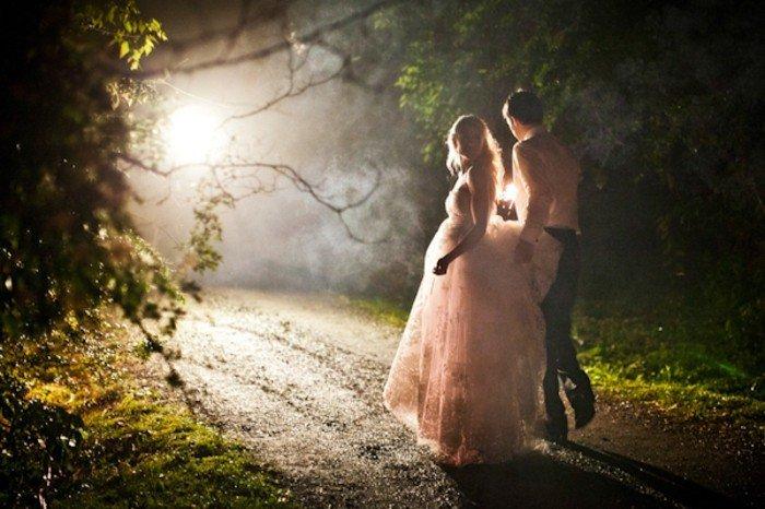 romantisches-Hochzeitsbild-Spaziergang-im-Dunklen