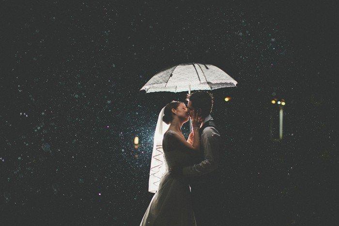 romantisches-Hochzeitsfoto-Brautpaar-Kuss-im-Regen