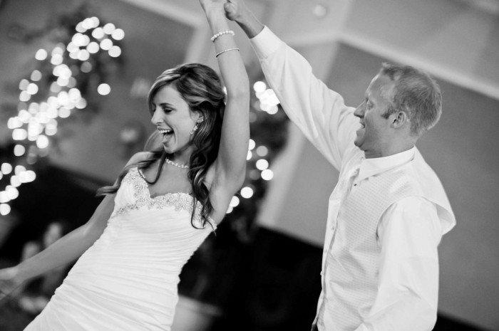 romantisches-Hochzeitsfoto-der-erste-Tanz-des-Brautpaars