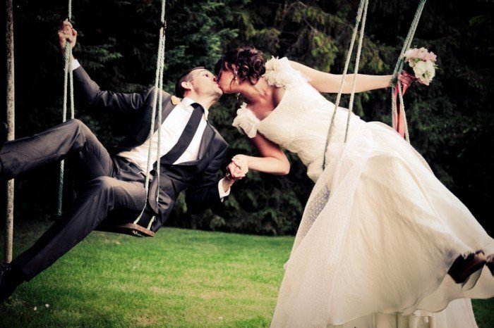 romantisches-Hochzeitsfoto-junges-Brautpaar-Kuss
