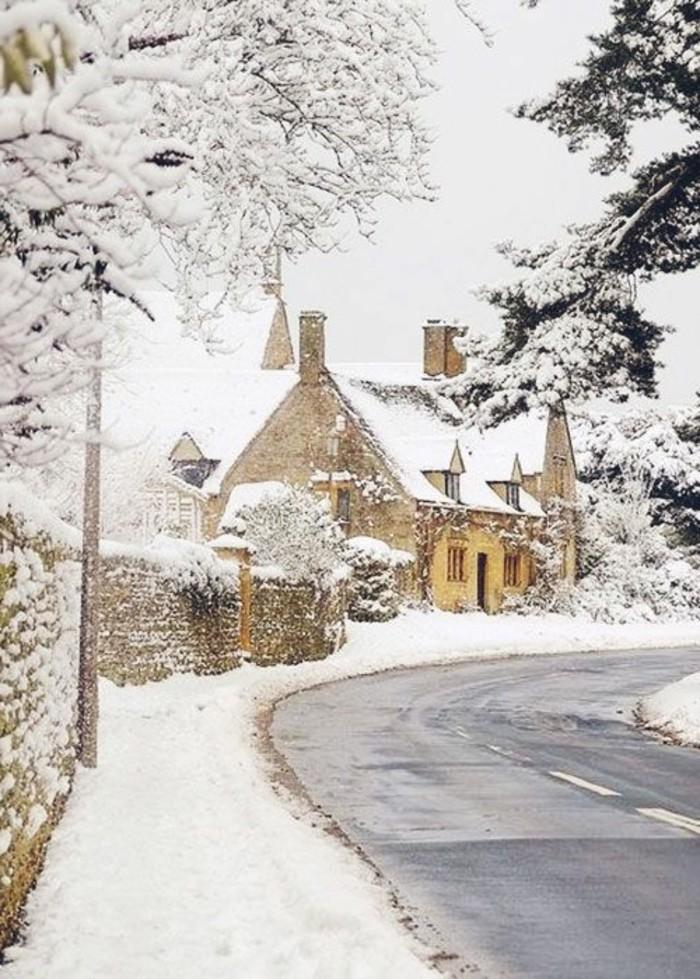 romantisches-Winterbild-Häuser-bedeckt-mit-Schnee