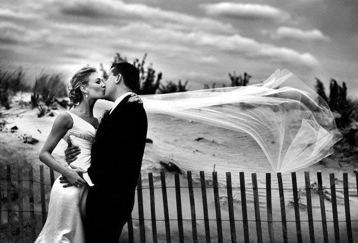 romantisches-schwarz-weißes-Hochzeitsbild-Festtag-am-Strand