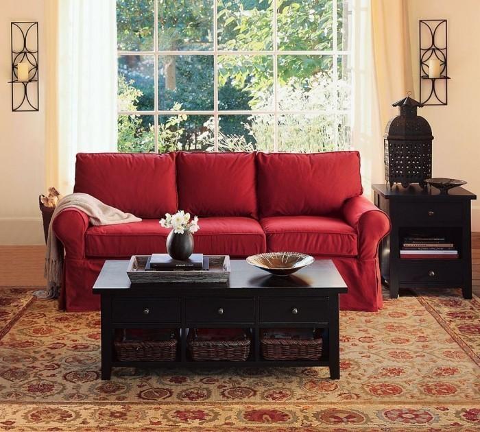 romantisches-wohnzimmer-mit-rotem-sofa-und-interessantem-tischschmuck