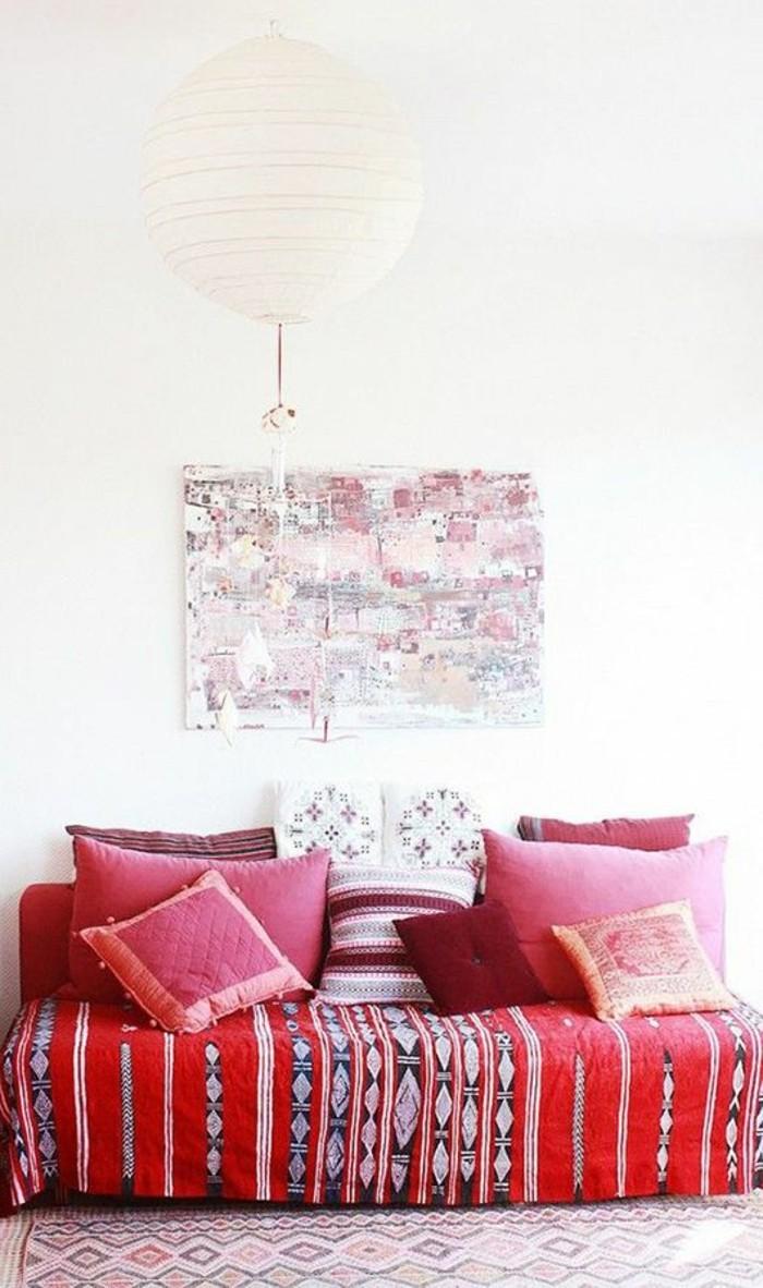 rote-Couch-und-Kissen-mit-ethnischen-Motiven