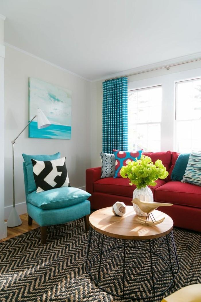rotes-Sofa-blauer-Sessel-moderne-Einrichtung