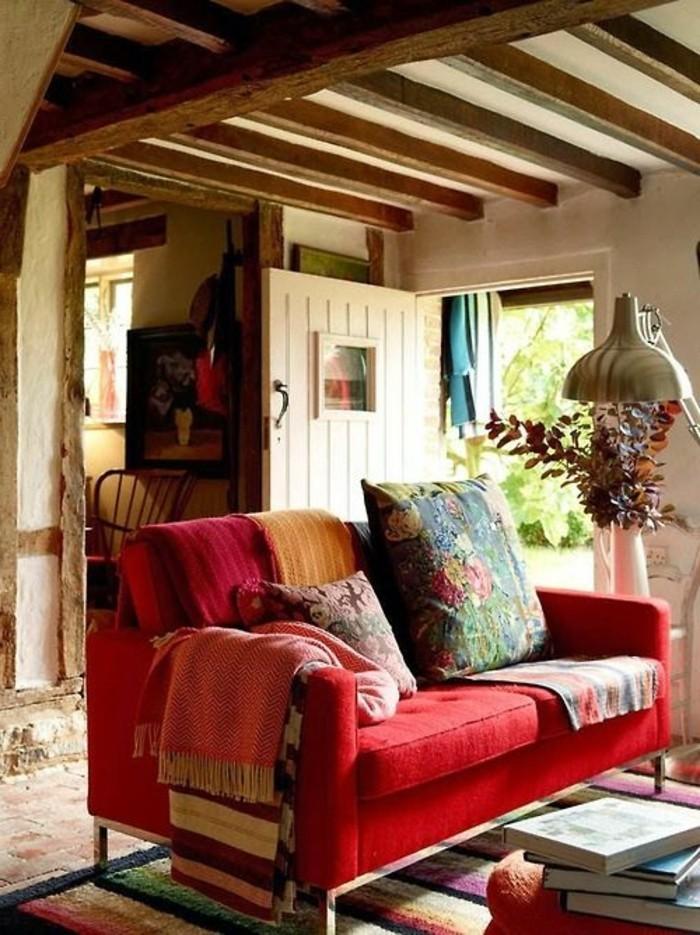 rustikales-Haus-gemütliche-Atmosphäre-rote-Couch-vintage-Kissen