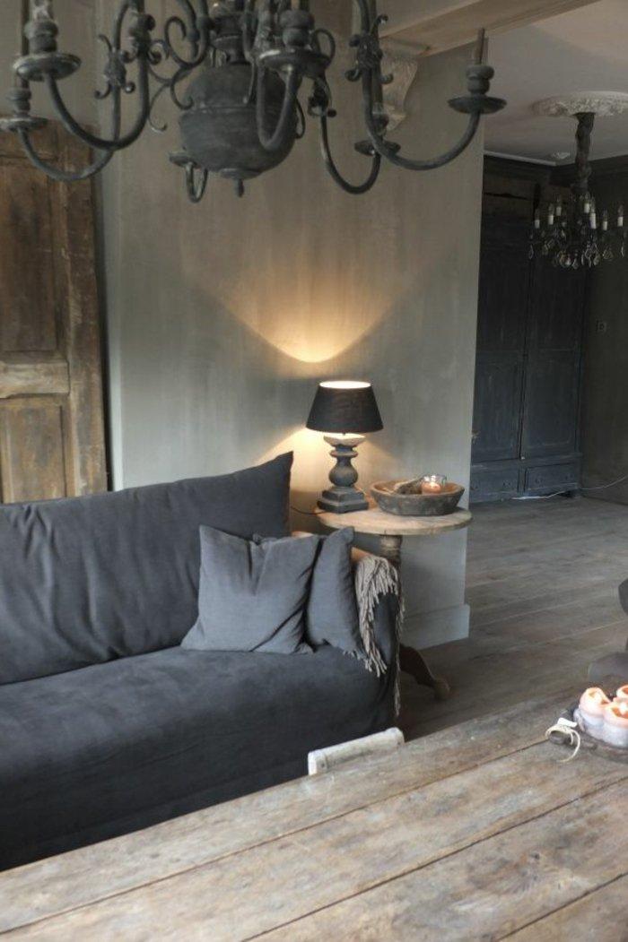 rustikales-Interieur-graue-Wandfarbe-graue-Couch