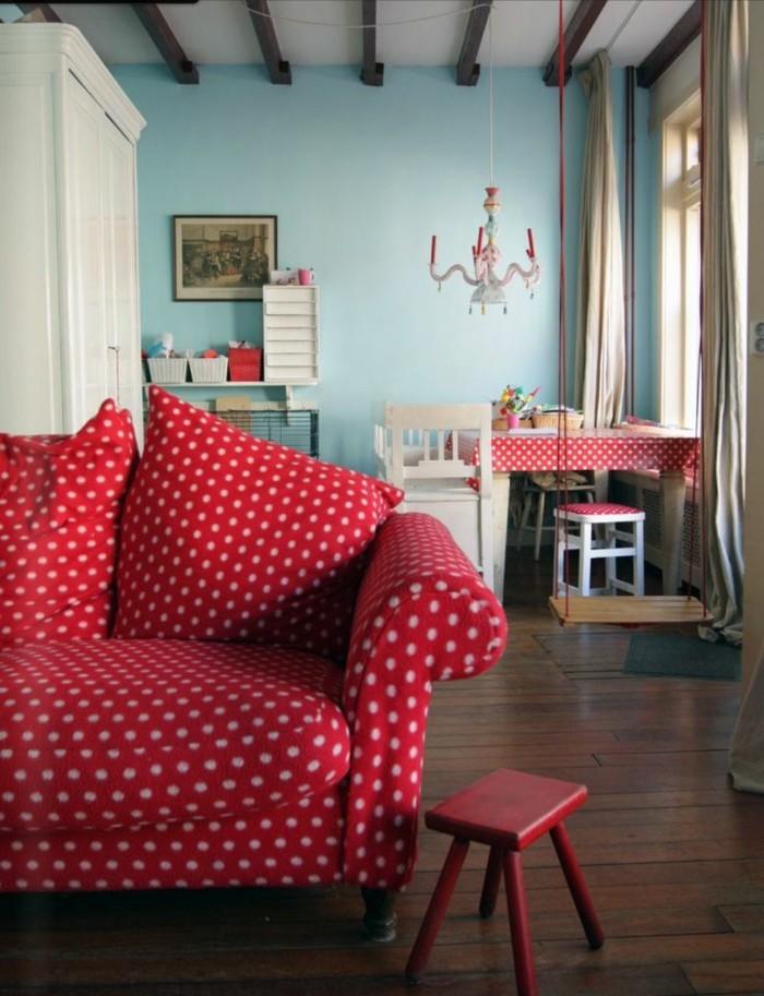 süße-shabby-chic-Einrichtung-gepunktetes-Sofa-rot