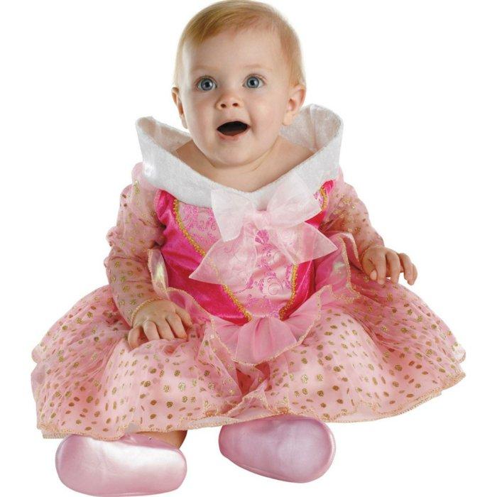süßes-Baby-angekleidet-wie-Dornröschen