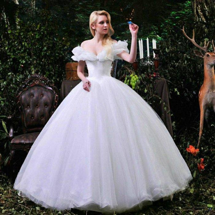 schöne-Braut-angekleidet-wie-die-Märchenfigur-der-Brüder-Grimm