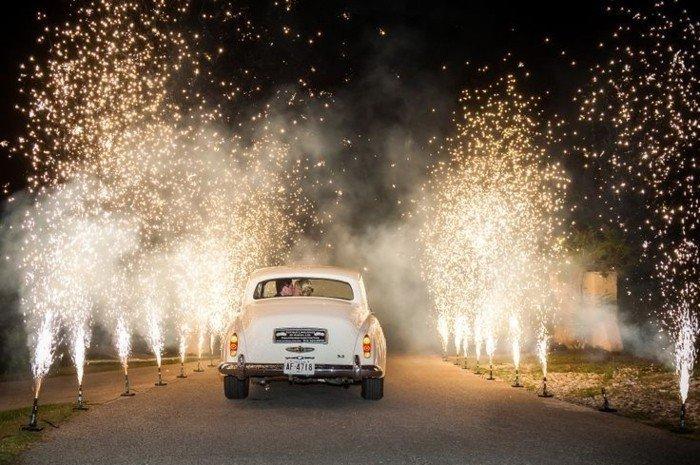 schöne-Hochzeitsbilder-Ideen-Brautpaar-reist-mit-retro-Auto-ab