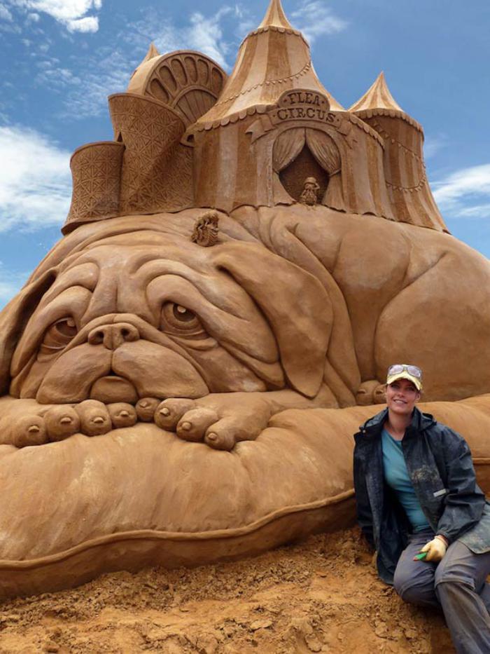 schöne-Sandskulptur-von-Zirkus-liegend-auf-großem-Hund