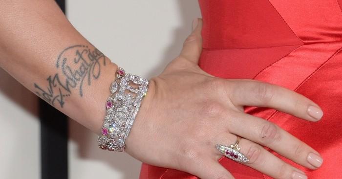 schöne-Tattoos-Tattoos-für-Frauen-Tattoo-Schriftzug
