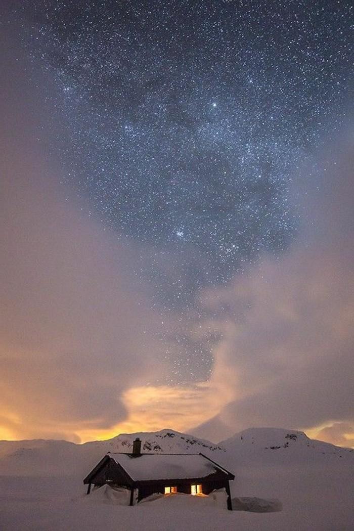 schöne-Winterbilder-Häuschen-im-Schnee-Himmel-voll-mit-Sternen-Sternenstaub