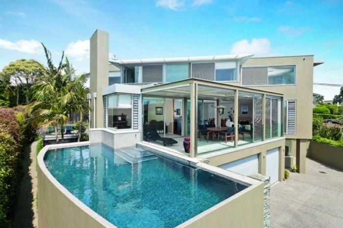 schöne-häuser-unikales-modell-in-weiß-super-pool-daneben