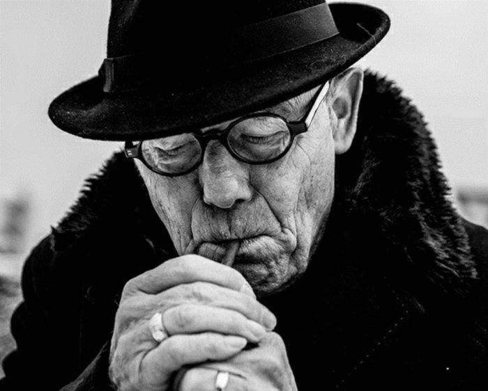schöne-künstlerische-Fotografie-alter-Mann-mit-Zigarre