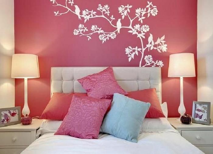 schöne-zimmer-ideen-für-madchen-rosige-wand-und-weiße-wandtattoo