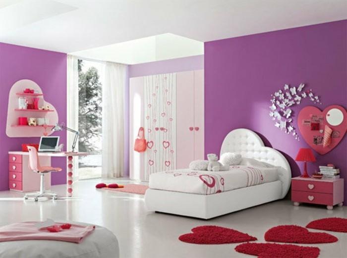 schönes-madchen-zimmer-roter-teppich-und-lila-wände