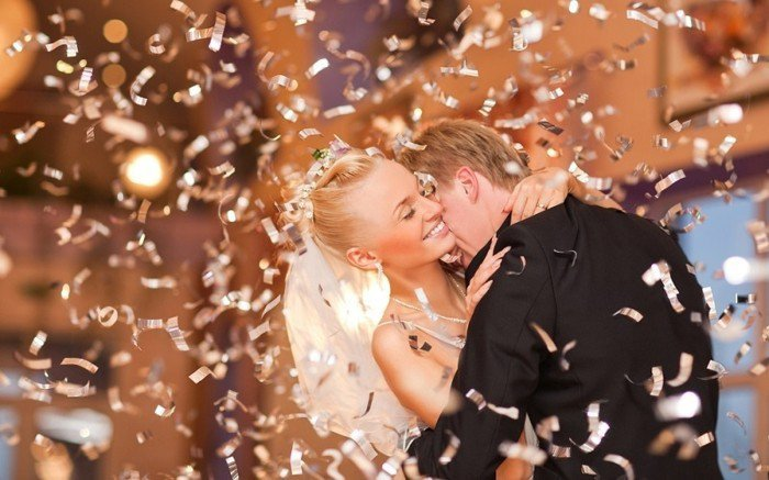 schönes-romantisches-Hochzeitsfoto-tanzendes-Brautpaar
