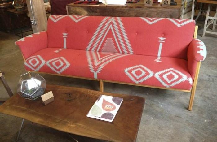 schlichtes-Modell-Sofa-rot-Boho-Muster