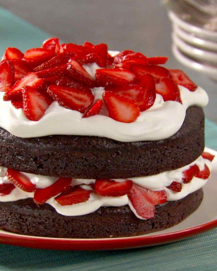 schokoladentorte-mit-creme-und-erdbeeren