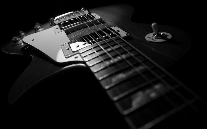 schwarz-weiße-Fine-Art-Fotografie-schöne-Gitarre