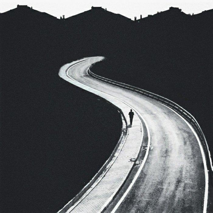 schwarz-weiße-Fotokunst-Mann-auf-dem-Weg