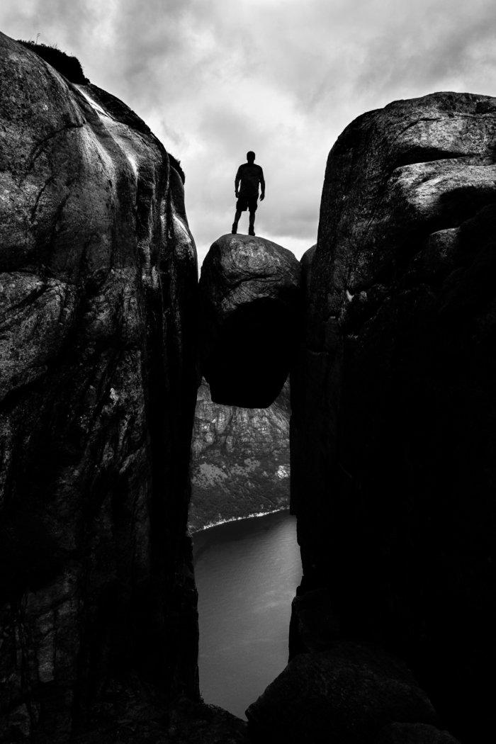 schwarz-weiße-Fotokunst-Mann-auf-den-Felsen