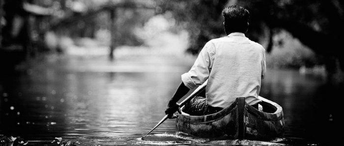 schwarz-weiße-Kunstfotografie-Mann-mit-Boot