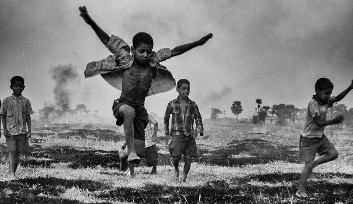 schwarz-weiße-Fotokunst-spielende-Jungen