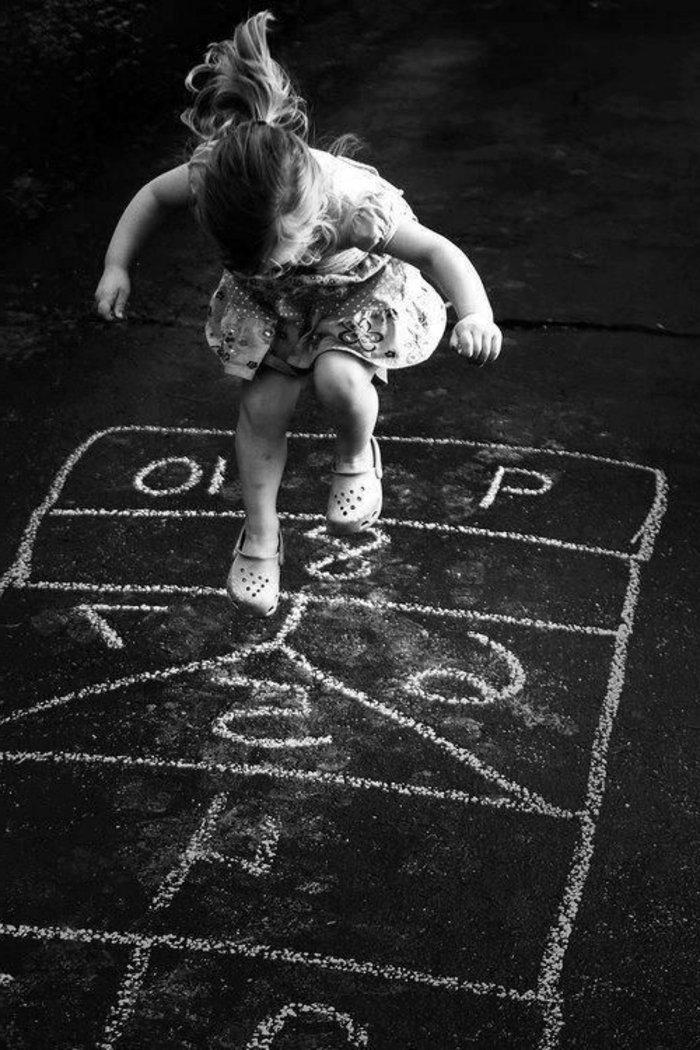 schwarz-weiße-Fotokunst-spielendes-Mädchen