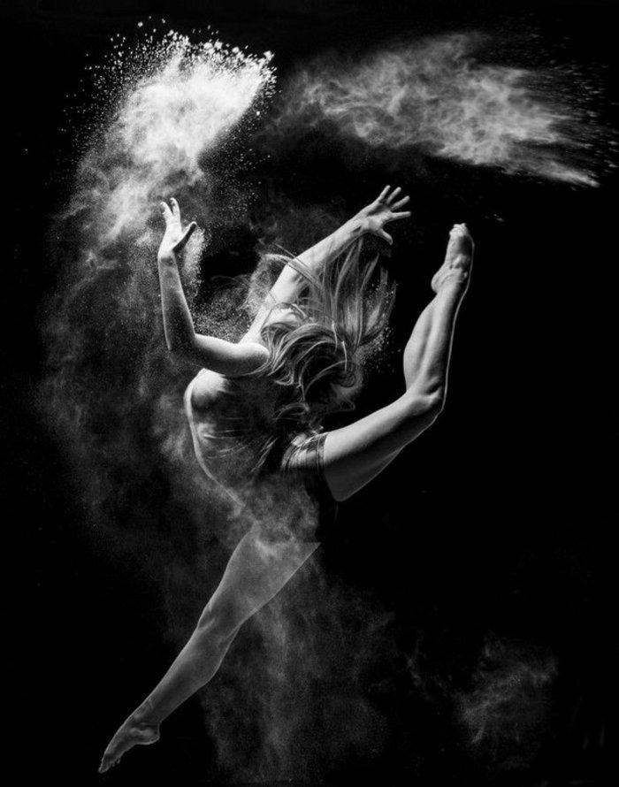 schwarz-weiße-Fotokunst-tanzendes-Mädchen