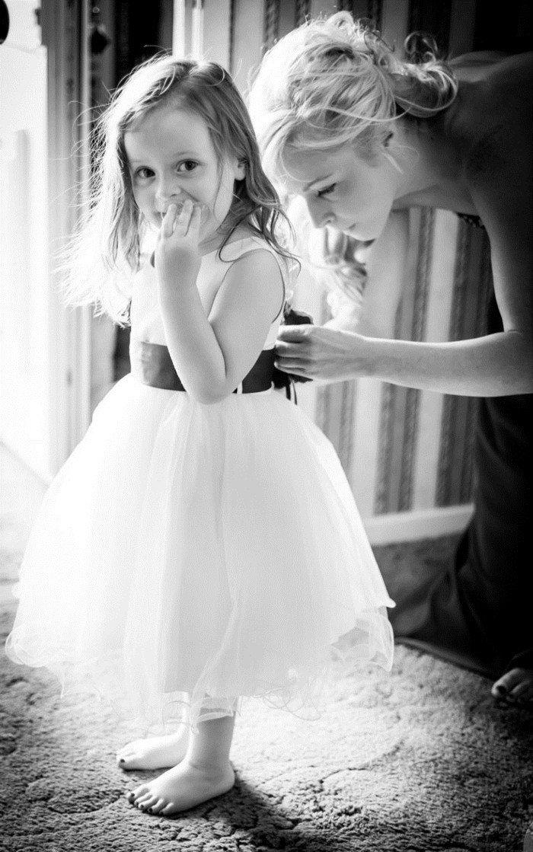 schwarz-weiße-Hochzeitsfotografie-die-kleine-Brautjungfer