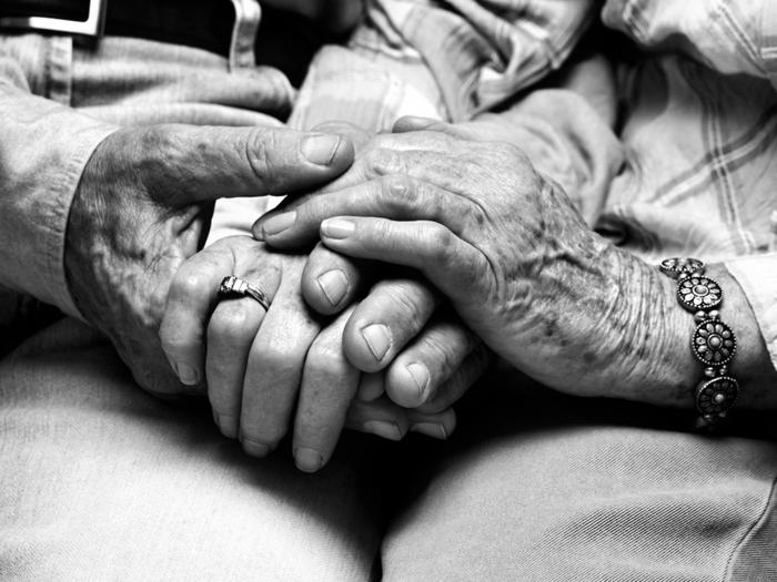 schwarz-weiße-Kunstfotografie-Hände-von-ältlichen-Leuten