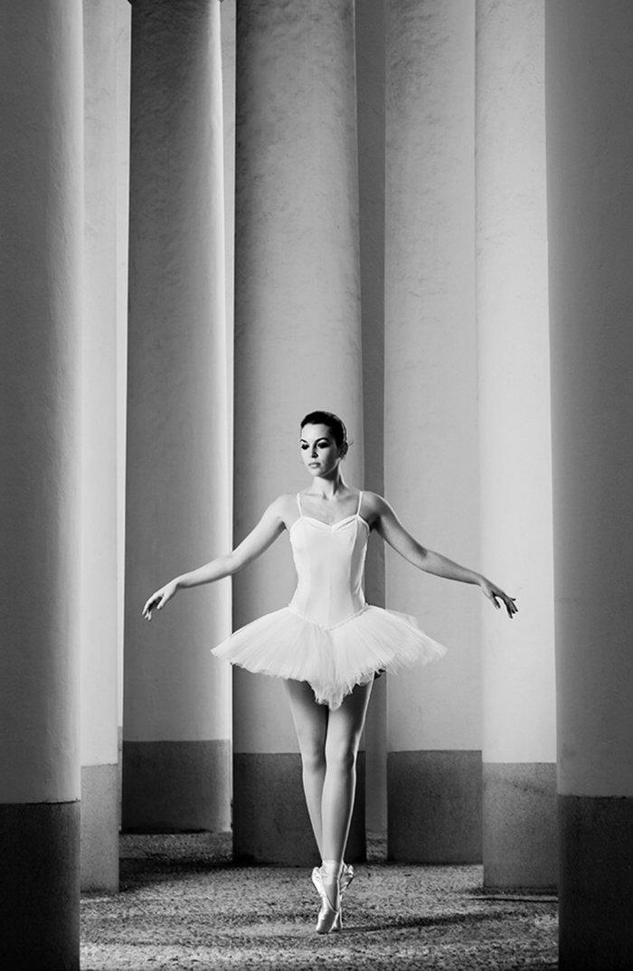 schwarz-weiße-Kunstfotografie-tanzende-Ballerina