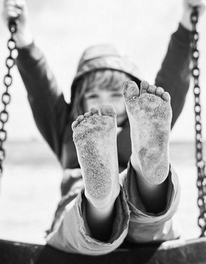 schwarz-weiße-künstlerische-Fotografie-Junge-auf-Schaukel