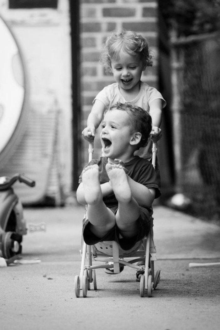 schwarz-weiße-künstlerische-Fotografie-spielende-Kinder