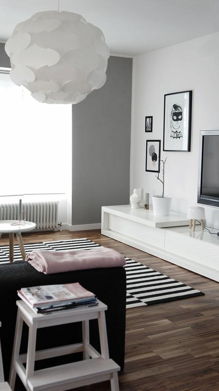 schwarz-weißes-artistisches-Interieur-mit-Holzparkett