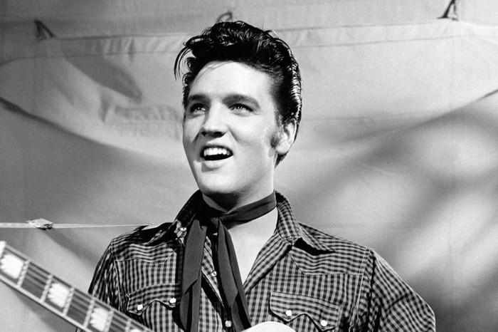 schwarz-weißes-foto-von-elvis-presley-rockabilly-frisuren-50er-jahre-style-für-männer