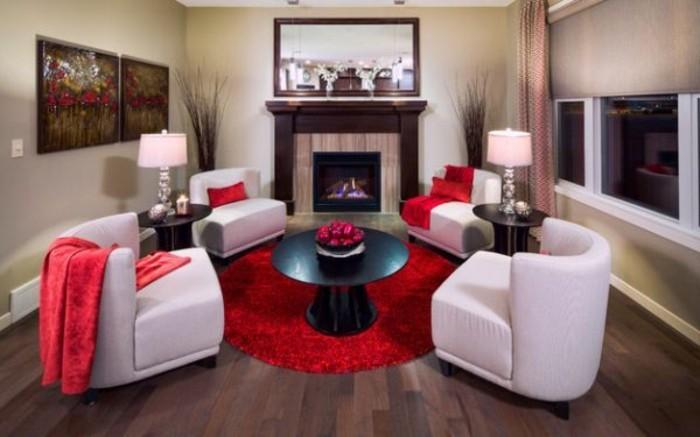 sehr-schöne-weiße-sessel-im-eleganten-wohnzimmer-mit-tischdeko