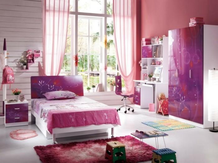 sehr-schönes-madchenzimmer-mit-einem-sehr-großen-fenster