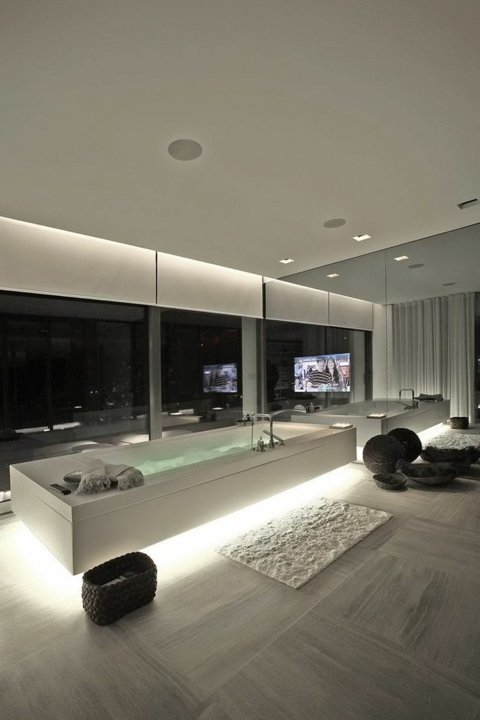sehr-tolle-bad-fliesen-ideen-weißes-interieur-moderne-glawände