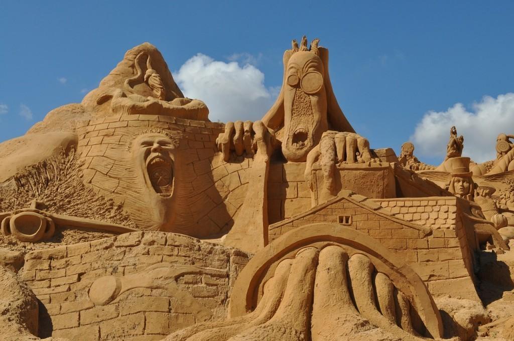 sensationelle-Skulptur-aus-Sand-moderne-Art