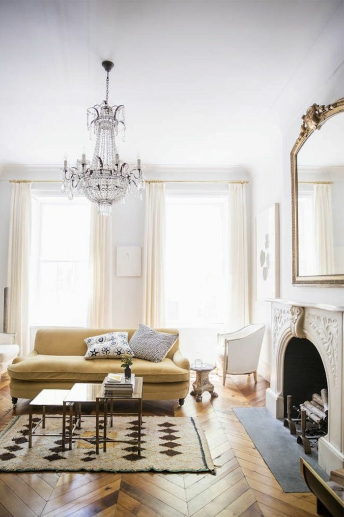simples-Interieur-großartiger-Kronleuchter-als-Akzent-Kamin-Parkettboden