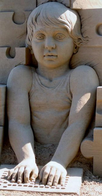 sozialgebunde-Sandkulptur-von-kleinem-Jungen