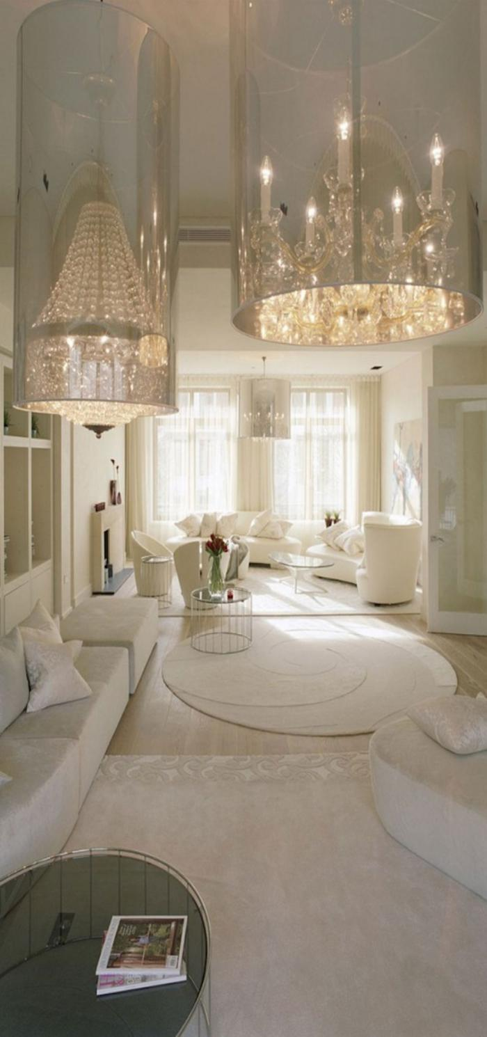 stilvolles-Interieur-in-Weiß-großartige-moderne-Kronleuchter