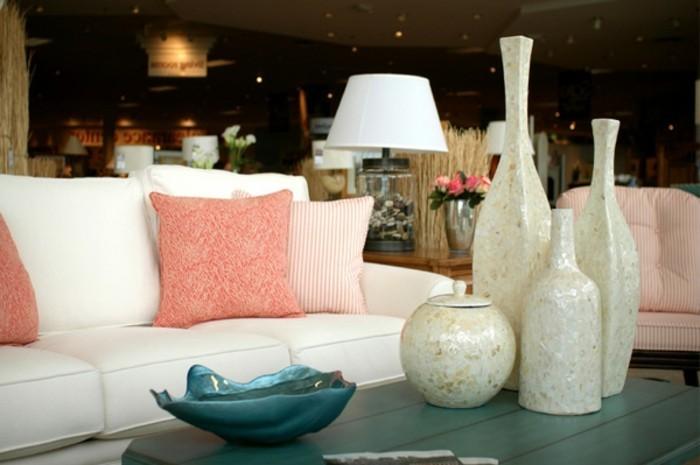 super-ideen-für-raumgestaltung-weiße-vasen-auf-dem-tisch-neben-dem-sofa-im-wohnzimmer